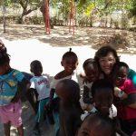 Ir. Neuza mit Kindern des Dorfes